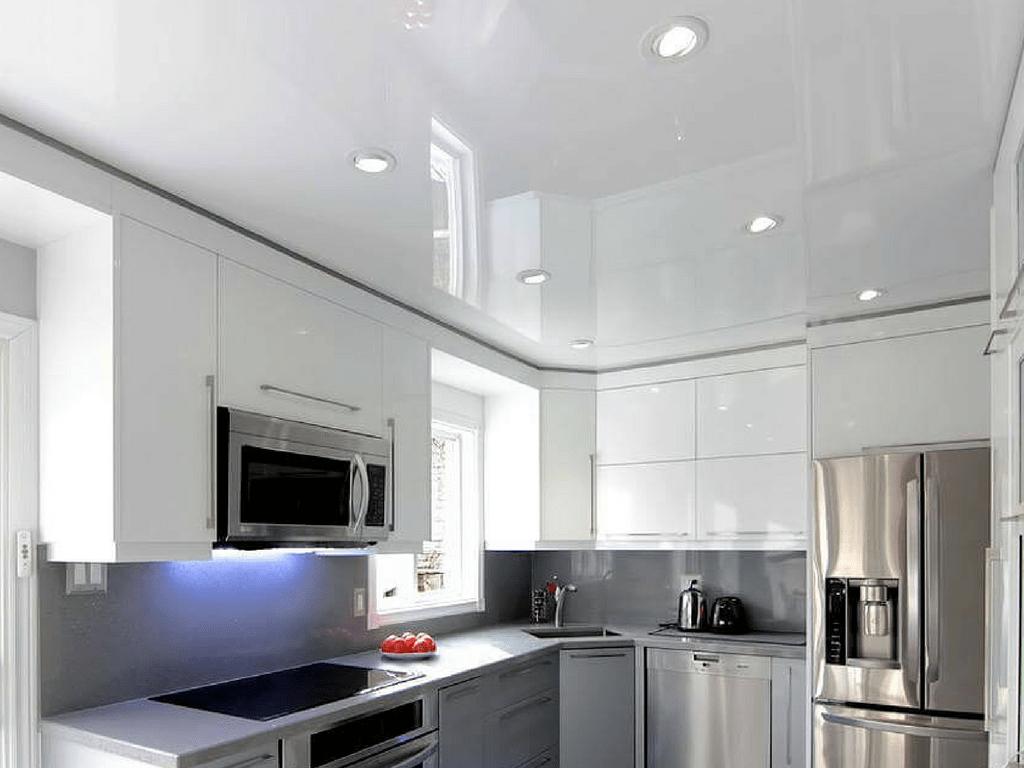 глянцевый потолок в интерьере кухни