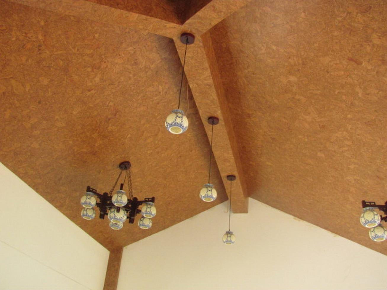 пробковые листы на потолок в деревянном доме