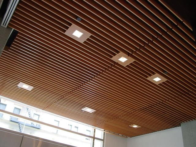 алюминиевая рейка на потолок в деревянном доме