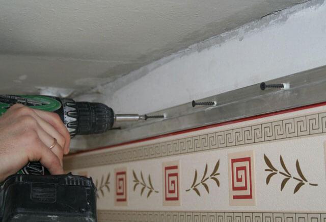 установка багета под натяжной потолок