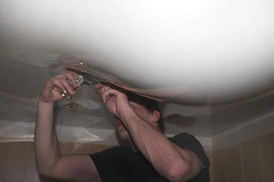 слив воды при затоплении натяжного потолка