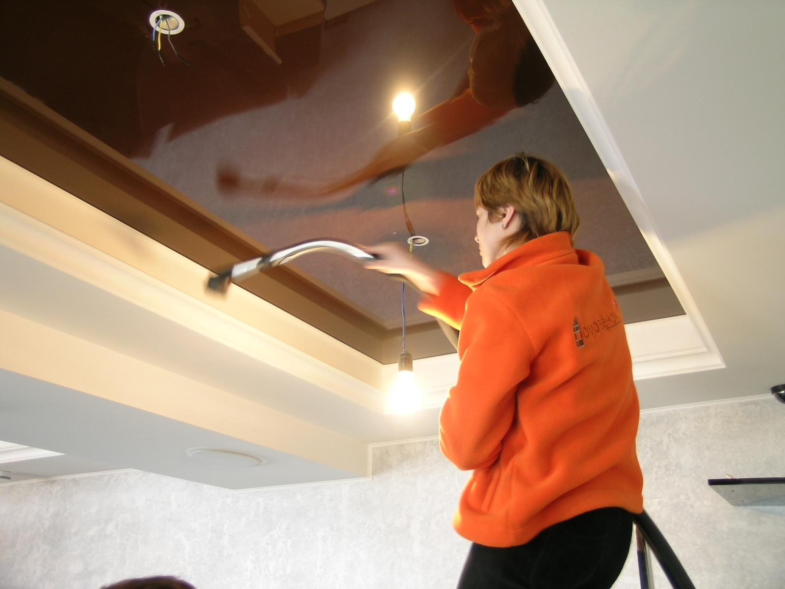 техника мытья натяжного потолка