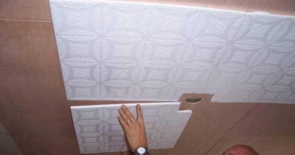 плитка из пенополистирола на потолок балкона или лоджии