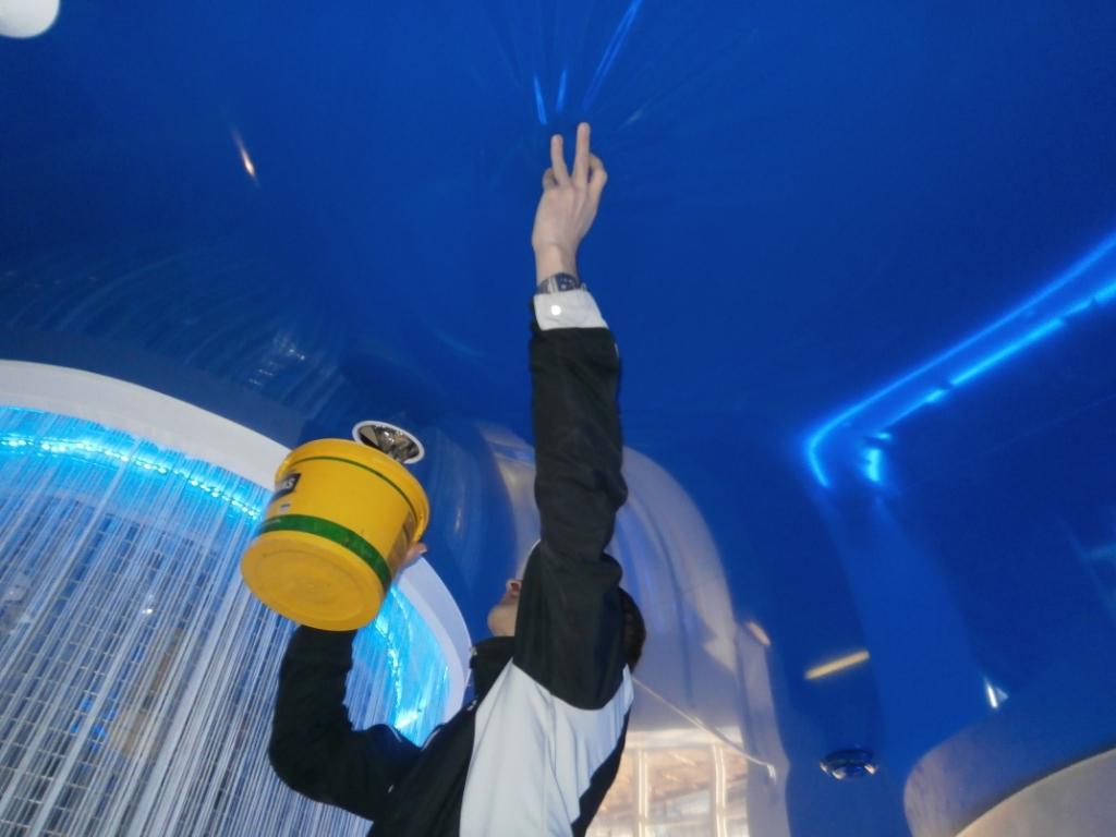 слив воды с затопленного натяжного потолка