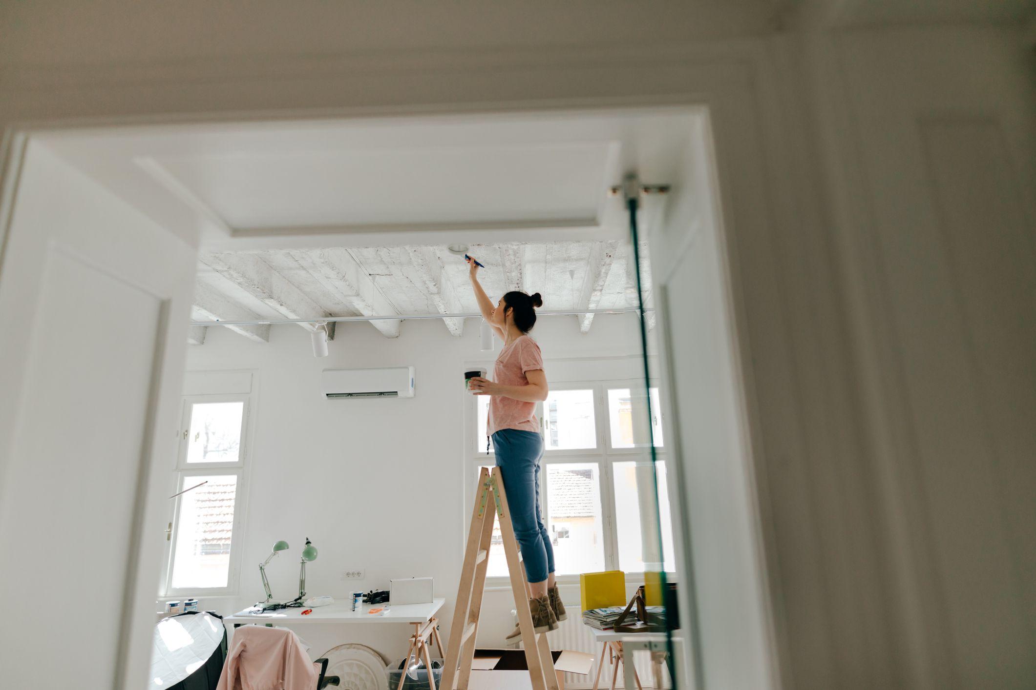 покраска потолка в деревянном доме