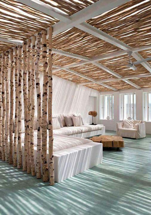 потолок из необработанного дерева в деревянном доме