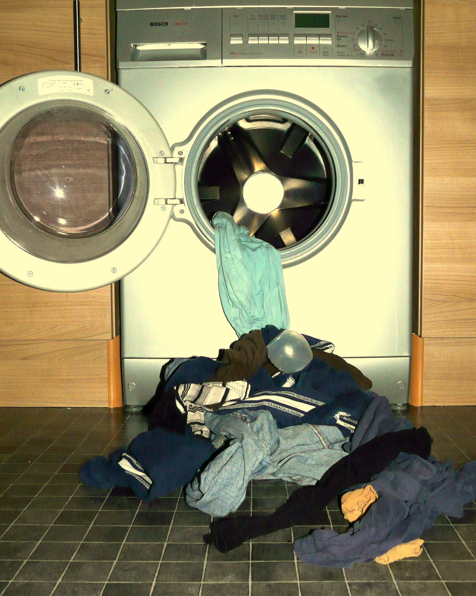 Стиральная машинка загруженная бельём