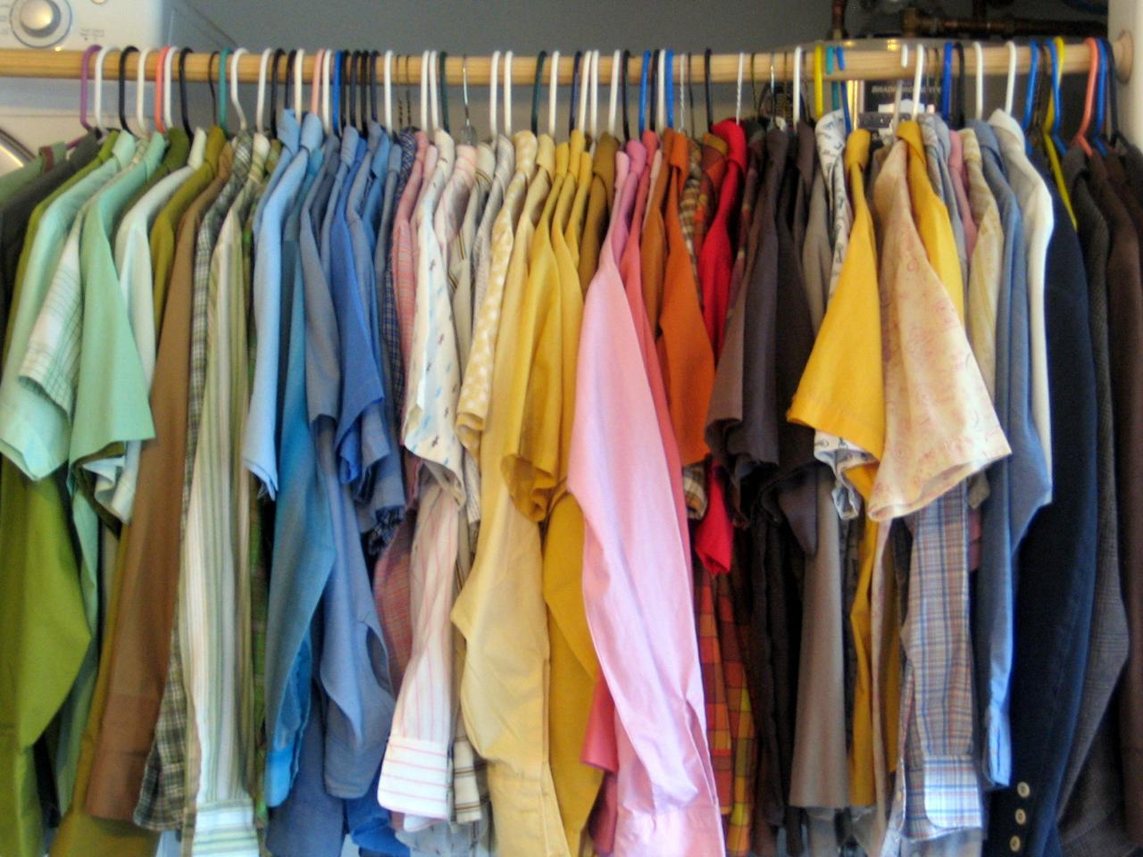 Сортированные по цвету футболки