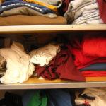 Стопка одежды на полках