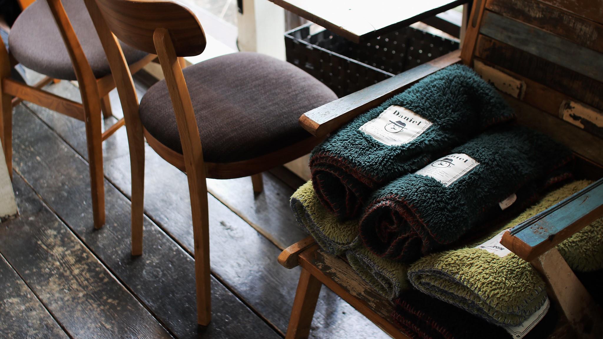 Одеяла, лежащие на стуле