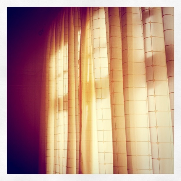 Окна закрытые шторами