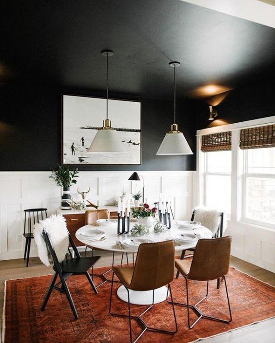 чёрный потолок в интерьере комнаты