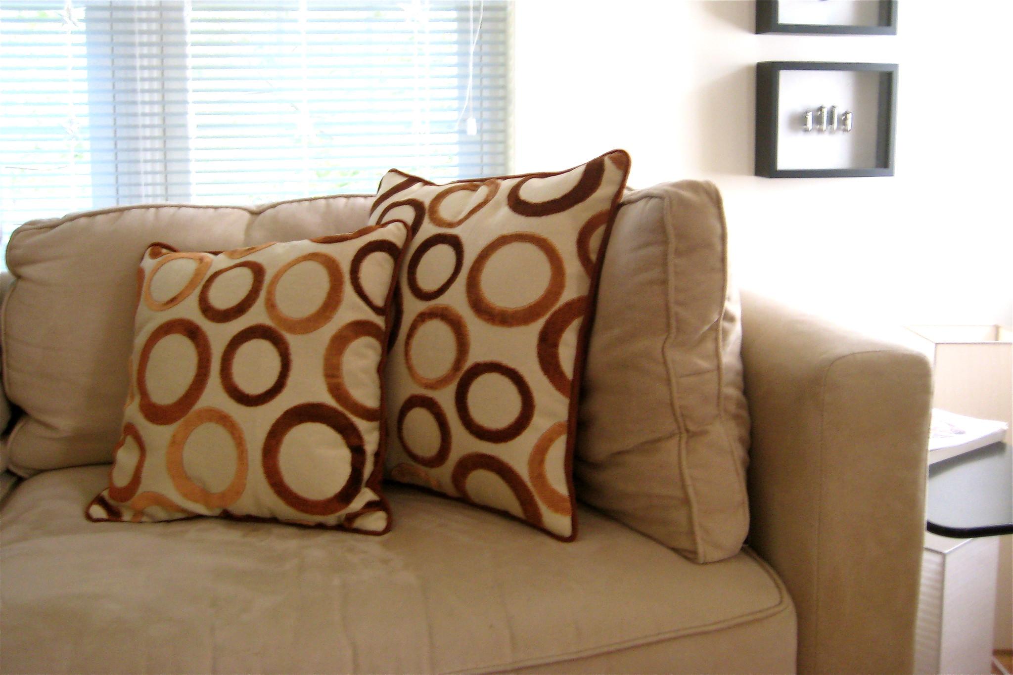 Подушки лежат на диване