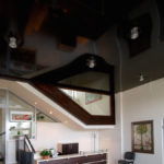 натяжной потолок в интерьере комнаты