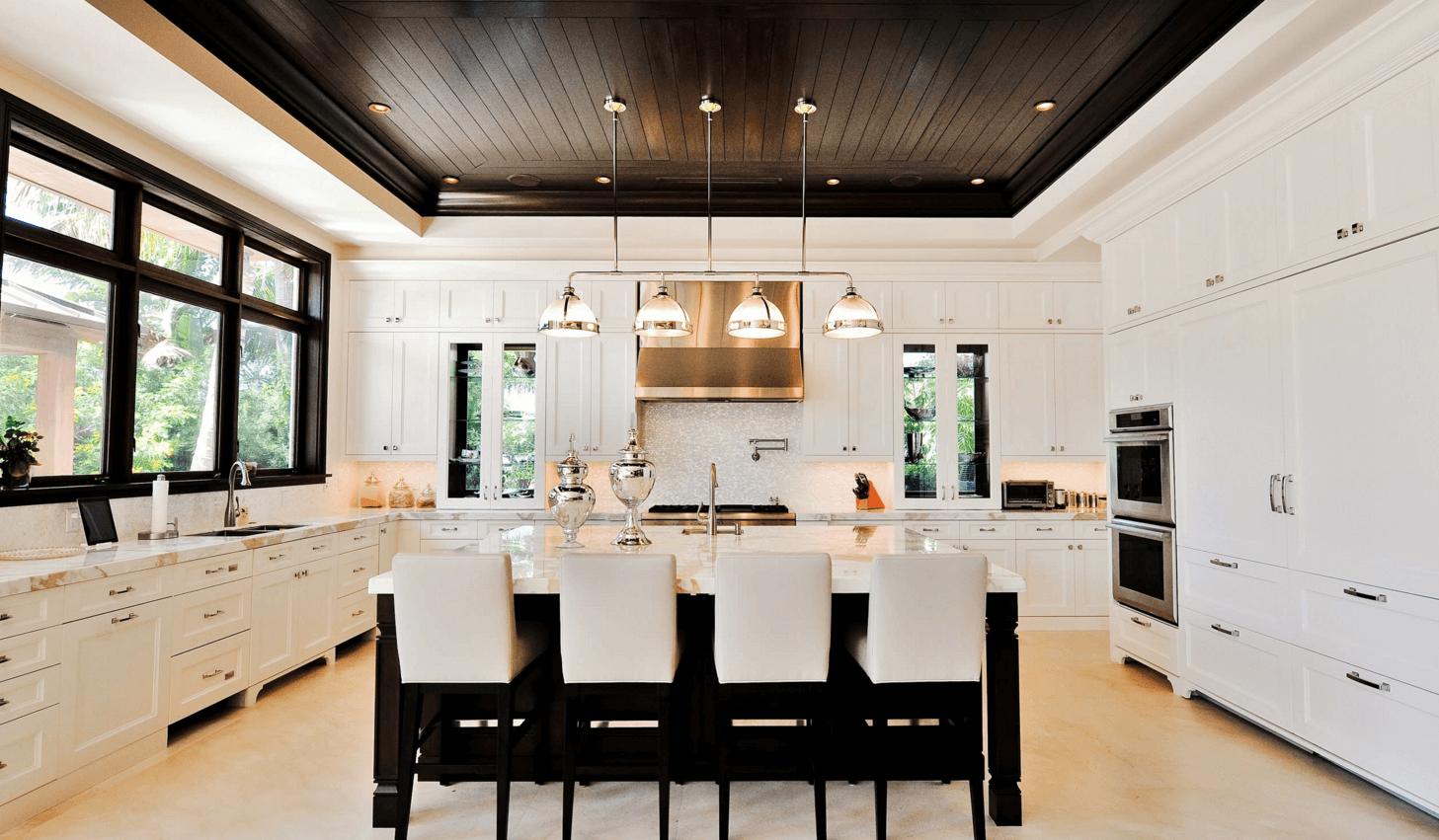 чёрный потолок в интерьере кухни