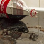 Кока-Кола на грязной плите