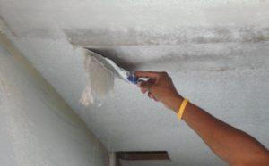 снятие старой побелки с потолка