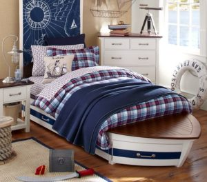 Кровать в виде лодки.