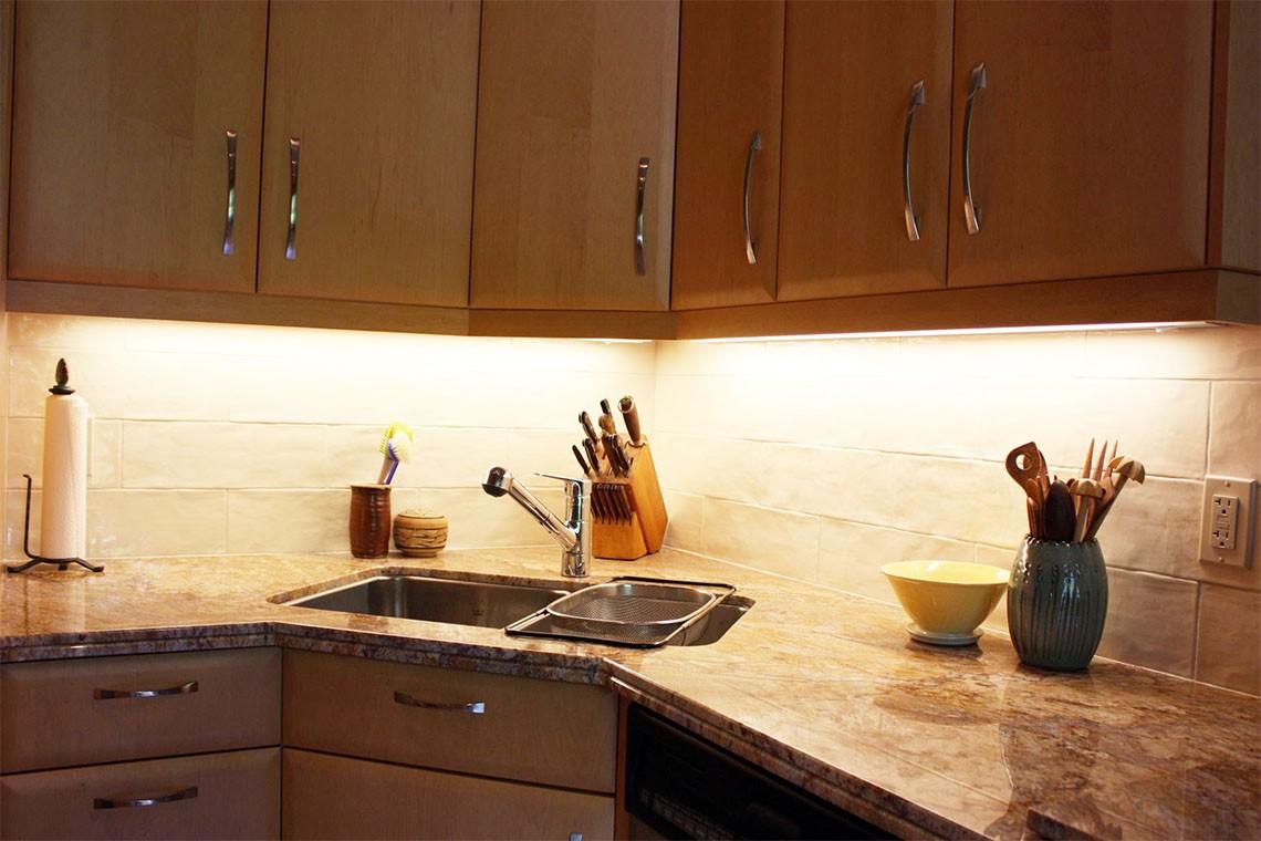 Раковина в углу кухни