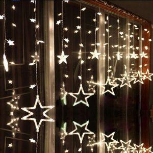 гирлянды на окне на Новый Год