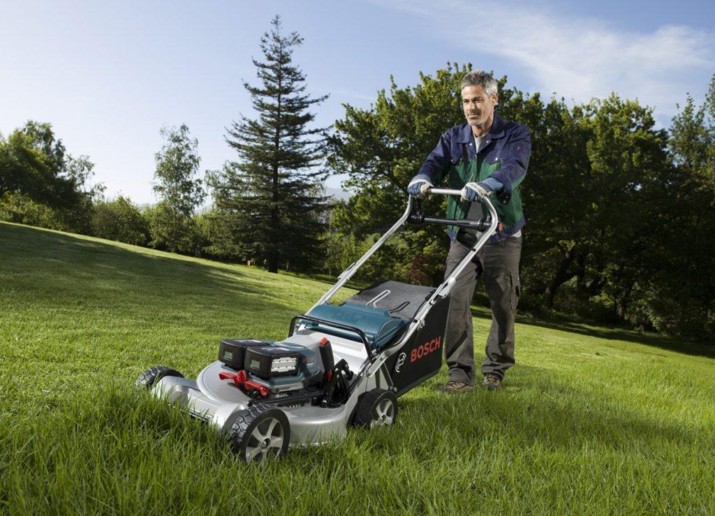 как одеваться при работе с газонокосилкой