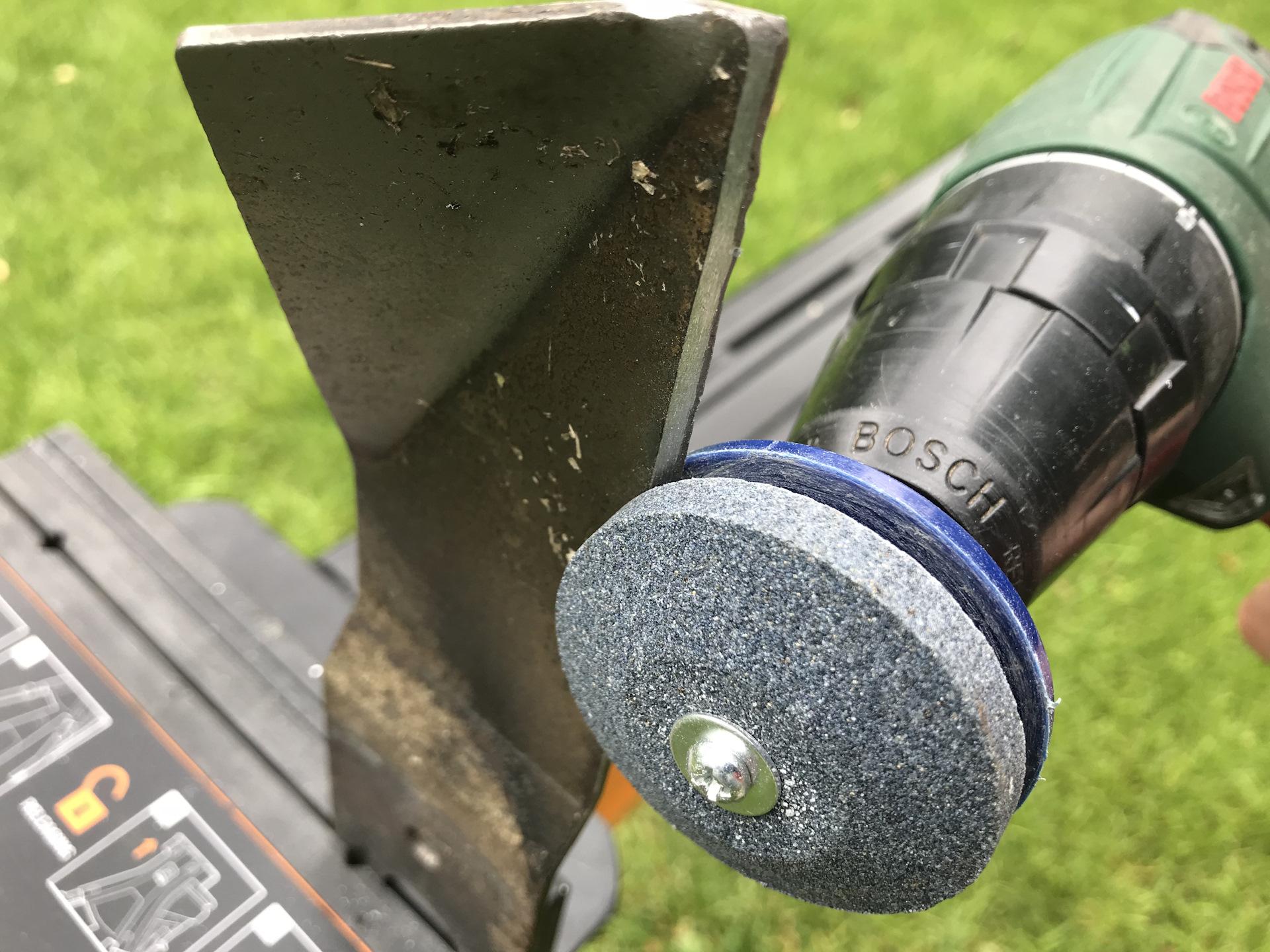 Заточка ножа газонокосилки при помощи дрели.