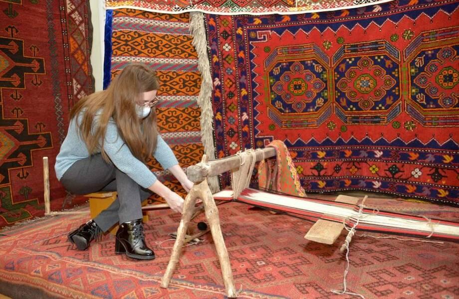 Почему древние ковры очень долго держат краску