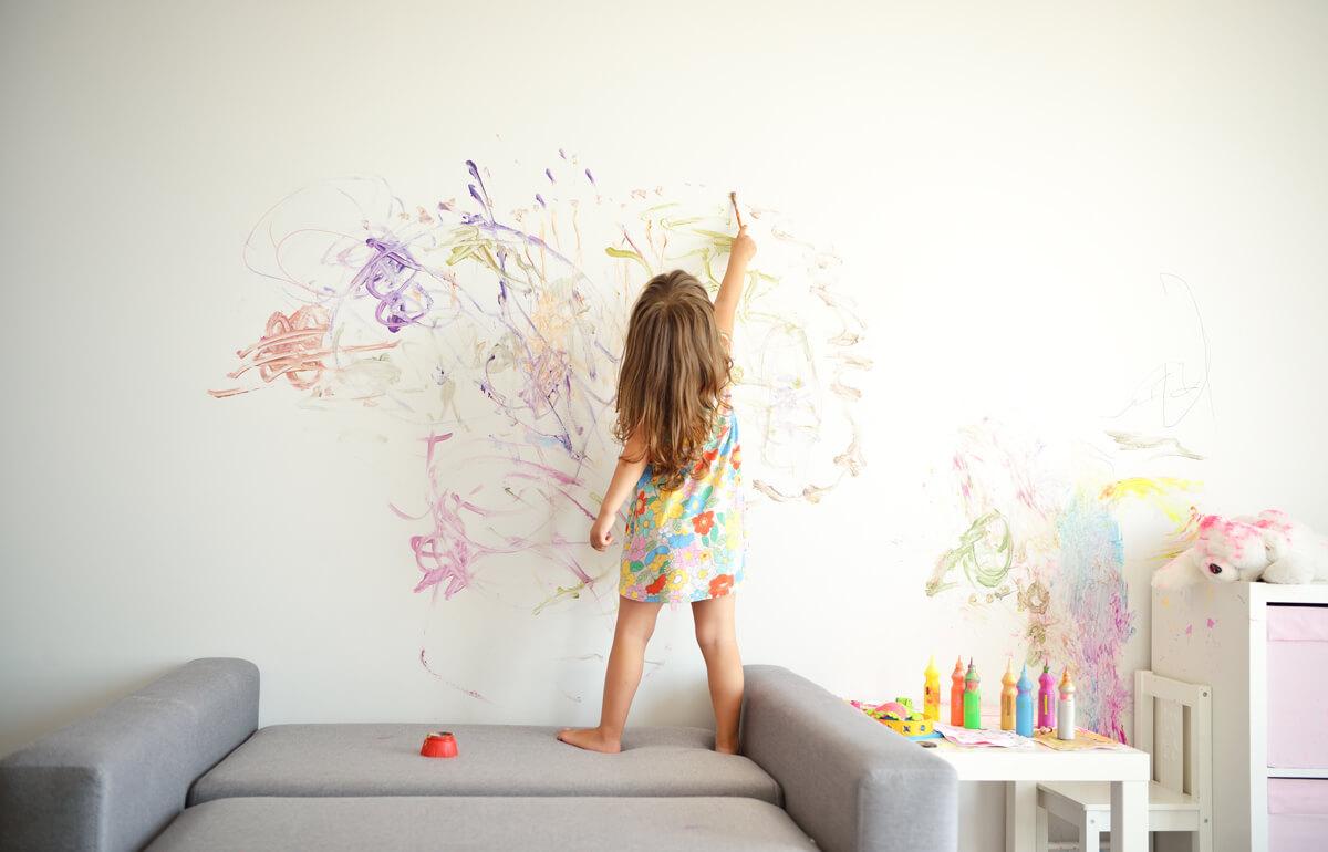 Что делать, если ребёнок рисует на обоях