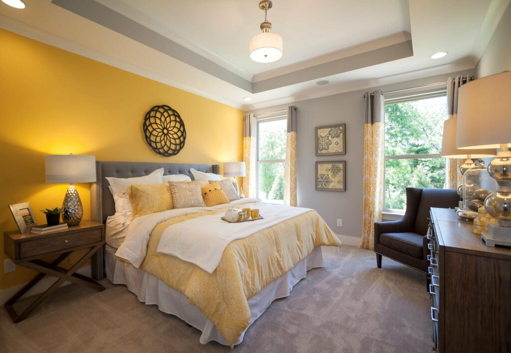 Серо-жёлтая спальня.
