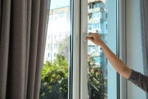 Открыть пластиковое окно.