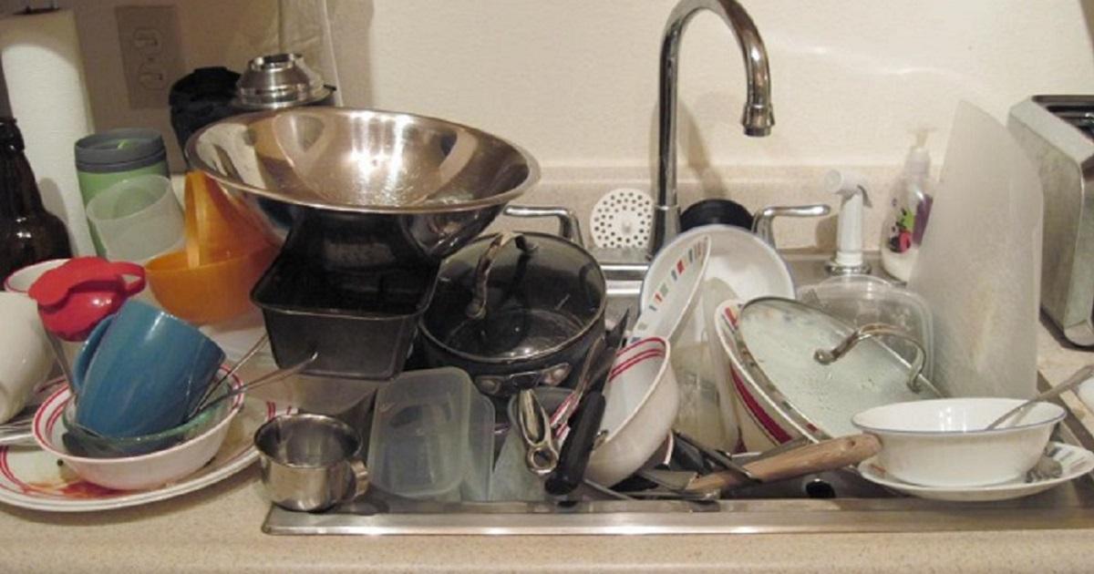 Брошенная в раковине посуда
