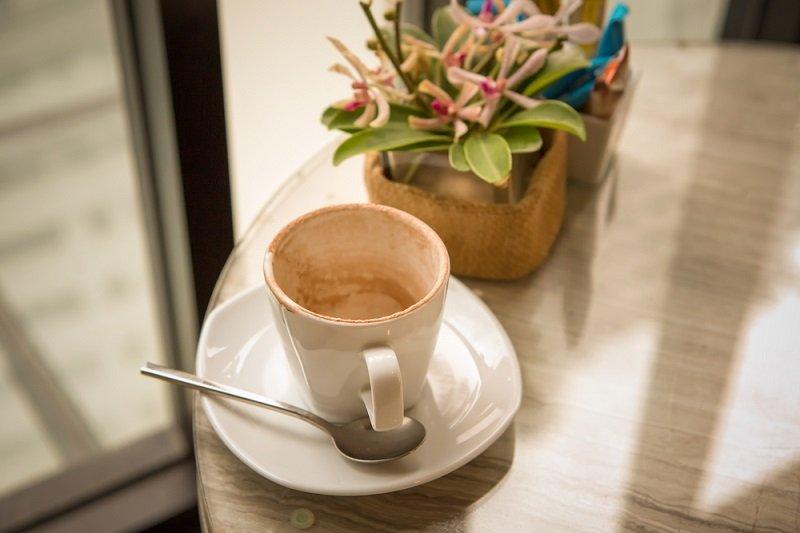 Кружка с недопитым кофе