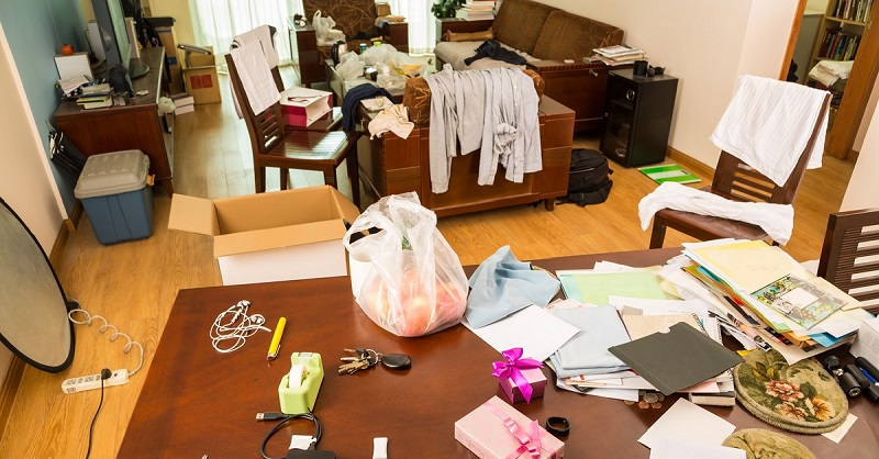 Пакеты, разбросанные по всему дому