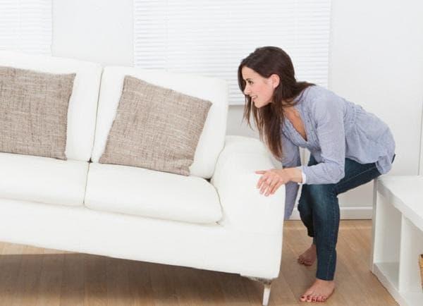 Перестановка мебели хрупкими девушками